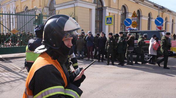 Сотрудник МЧС РФ у здания Военно-космической академии имени А. Ф. Можайского в Санкт-Петербурге, где произошел взрыв