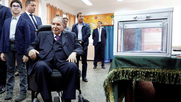Президент Алжира Абдельазиз Бутефлика  во время парламентских выборов в Алжире. 4 мая 2017