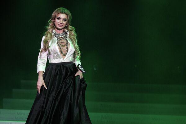Участница во время выступления в финале конкурса красоты Miss International Mini 2019