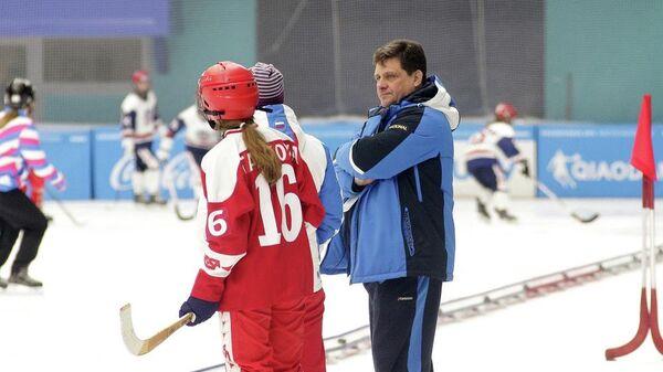 Главный тренер женской сборной России по хоккею с мячом Александр Межуев