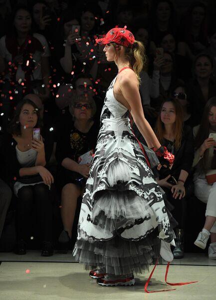 Модель демонстрирует одежду бренда Лаборатория моды Вячеслава Зайцева