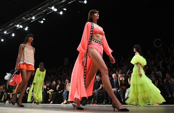 Модели демонстрируют одежду дизайнера Беллы Потемкиной