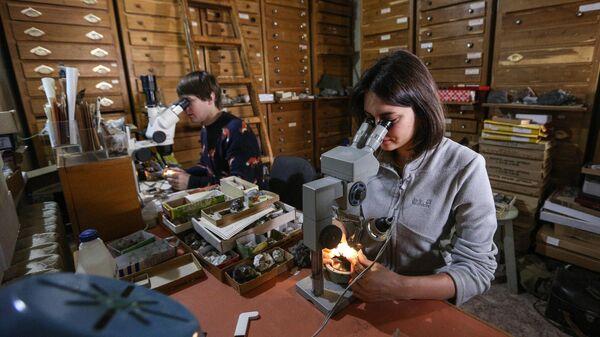 Сотрудники в лаборатории инструментальных исследований горных пород в Федеральном исследовательском центре Кольский научный центр Российской академии наук