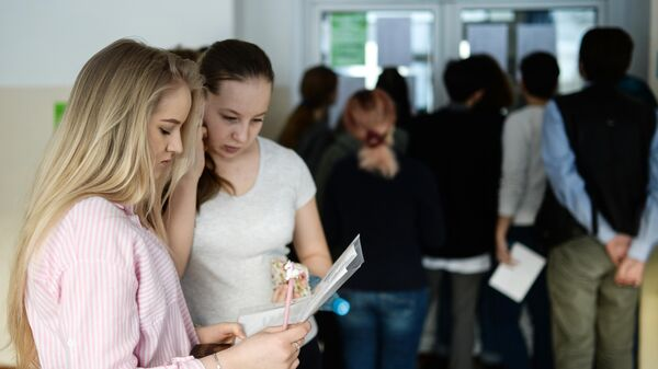 Школьники перед началом единого государственного экзамена