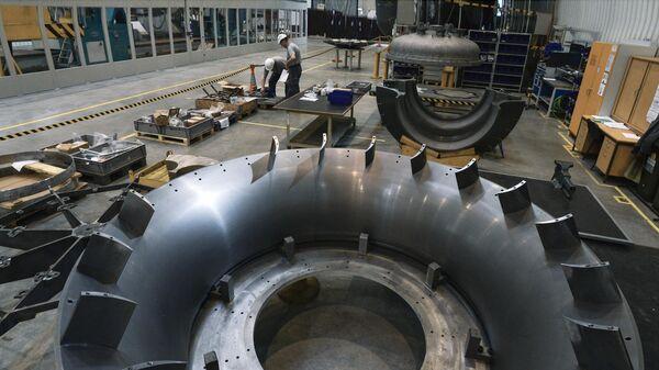 Рабочие ООО Сименс технологии газовых турбин в цехе по восстановлению лопаток газовых турбин