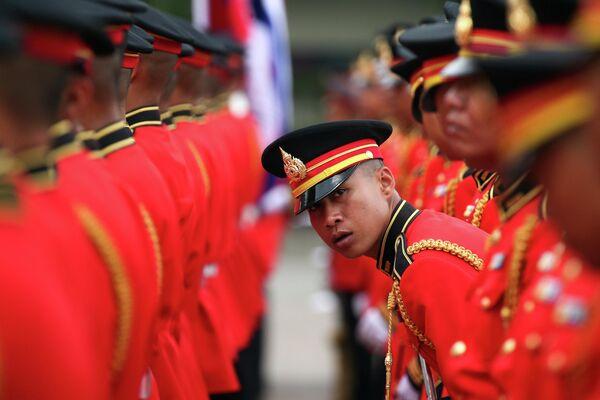 Почетный караул готовится к церемонии приветствия начальника армии Камбоджи в Бангкоке, Таиланд