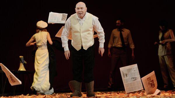 Актер Виктор Сухоруков в роли Мартина в сцене из спектакля Встречайте, мы уходим