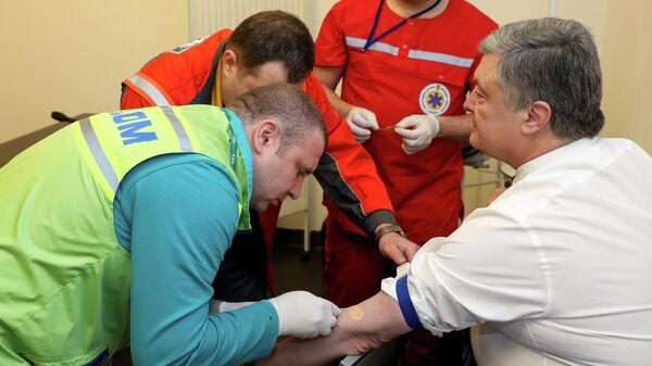 Президент Украины Петр Порошенко во время сдачи анализа крови на алкоголь и наркотики в Киеве. 5 апреля 2019