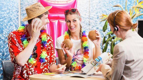 Молодая пара в туристическом агентстве