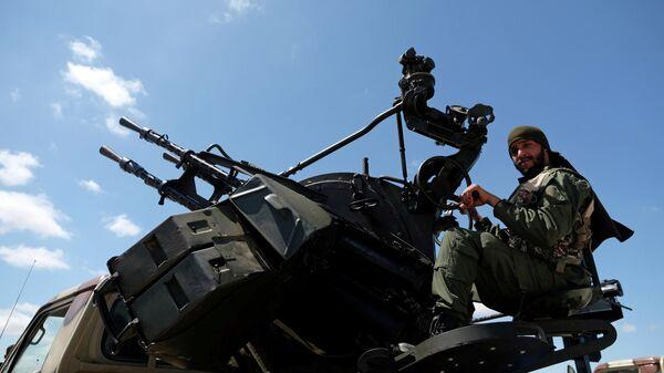 Военнослужащий Ливийской национальной армии под командованием Халифы Хафтара