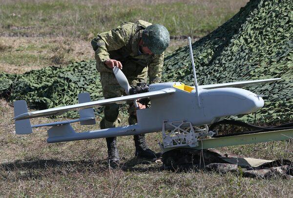 Военнослужащий у модели самолета во время открытия международного конкурса полевой выучки среди воинских подразделений ВДВ Десантный взвод