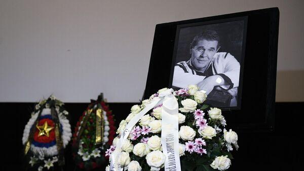 Перед началом церемонии прощания с народным артистом России Алексеем Булдаковым в Центральном доме кино в Москве