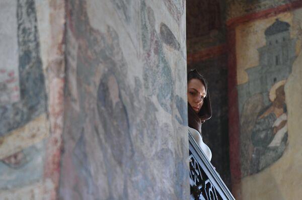 Верующая во время Божественной литургии в праздник Благовещения Пресвятой Богородицы в Благовещенском соборе Московского Кремля