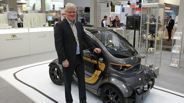 Армин Мюллер на фоне своего автономного электроавтомобиля