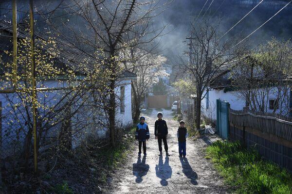 Дети на улице в селе Залесное Бахчисарайского района в Крыму