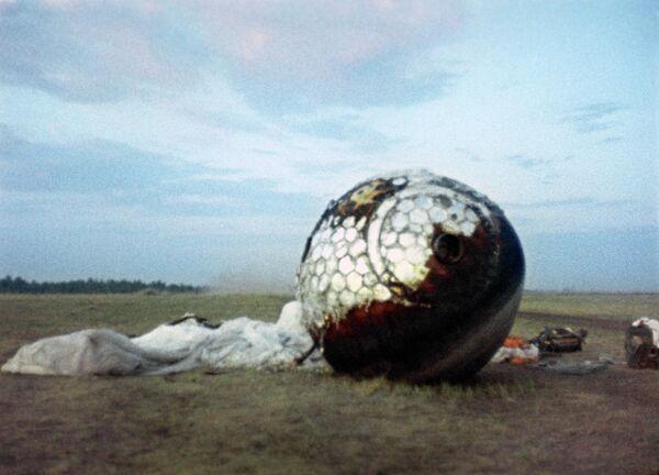 Спускаемый аппарат космического корабля Восток, на котором летал Юрий Гагарин, на месте приземления