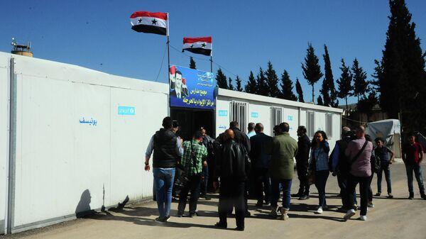Журналисты у лагеря беженцев на юге Дамаска