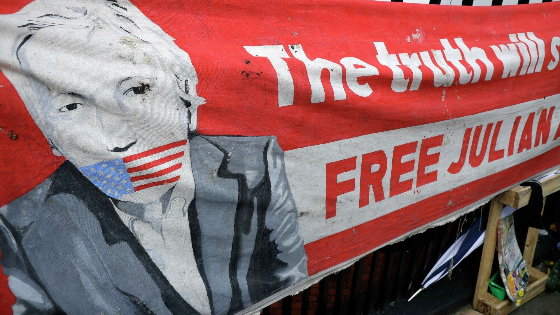 Баннер с изображением основателя WikiLeaks Джулиана Ассанжа у здания посольства Эквадора в Лондоне, Великобритания. 11 апреля 2019  - РИА Новости, 1920, 04.01.2021