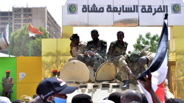 Суданские военные на бронетранспортере у здания Министерства обороны в Хартуме. 11 апреля 2019