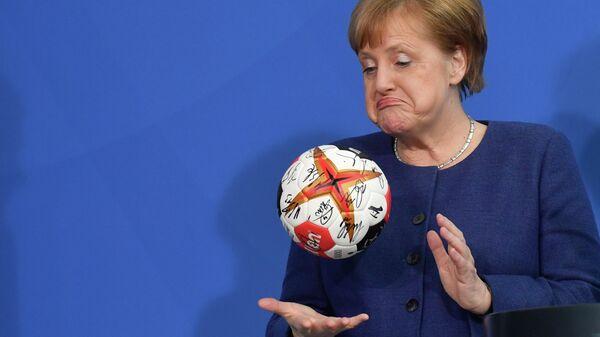 Канцлер Германии Ангела Меркель с мячом для гандбола