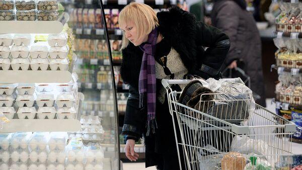 Покупатели выбирают товар в супермаркете