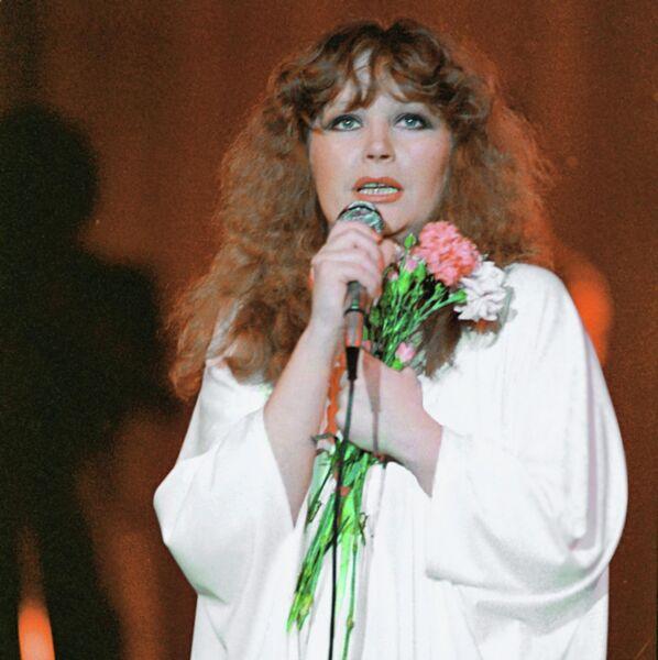 Эстрадная певица, заслуженная артистка РСФСР Алла Пугачева во время выступления