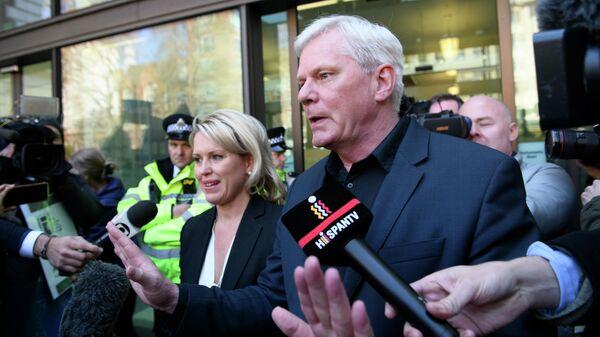 Редактор WikiLeaks Кристинн Храфнссон и юрист Джен Робинсон отвечают на вопросы журналистов у Вестминстерского суда в Лондоне