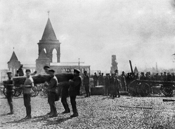 В. И. Ленин в Кремле на первом Всероссийском коммунистическом субботнике. 1 мая 1920 г.