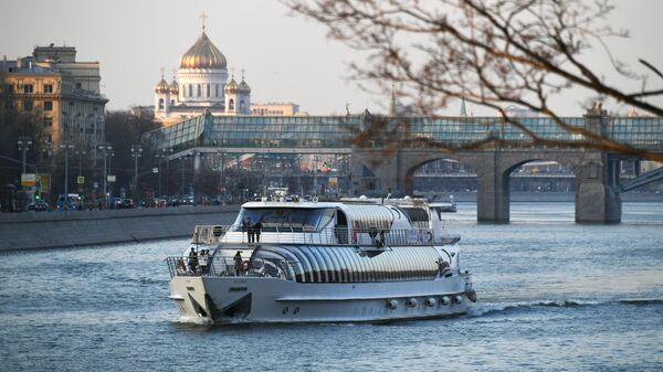 Прогулочный катер на Москва-реке