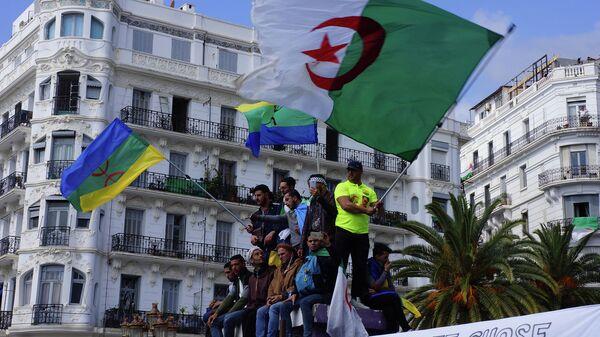 Участники антиправительственной демонстрации в Алжире. 12 апреля 2019