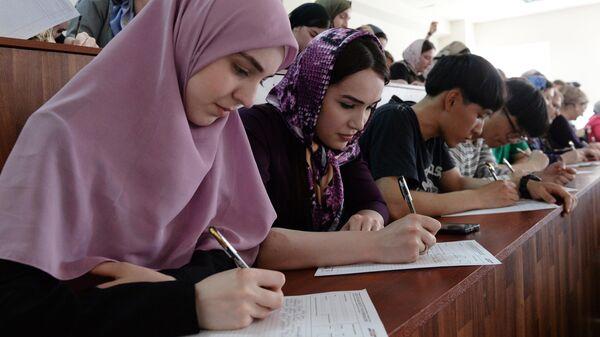Участники ежегодной образовательной акции по проверке грамотности Тотальный диктант-2019 в Чеченском государственном педагогическом университете в Грозном
