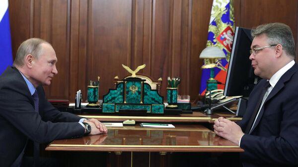 Президент РФ Владимир Путин и губернатор Ставропольского края Владимир Владимиров во время встречи. 15 апреля 2019
