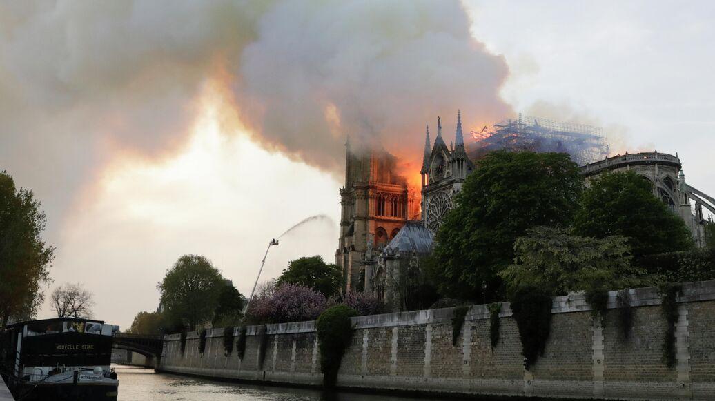 Вырванное сердце Франции: зарубежные СМИ пишут о пожаре в Нотр-Даме