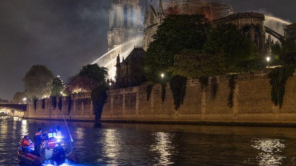 Тушение пожара в соборе Парижской Богоматери