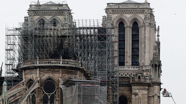 Пожарные у собора Нотр-Дам-де-Пари в Париже, где произошел пожар