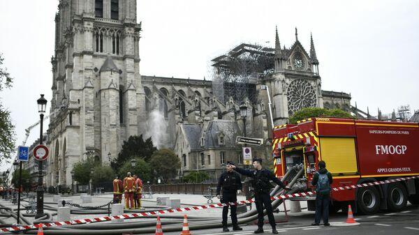 Пожарные и полиция у собора Нотр-Дам-де-Пари, где произошел пожар. 16 апреля 2019