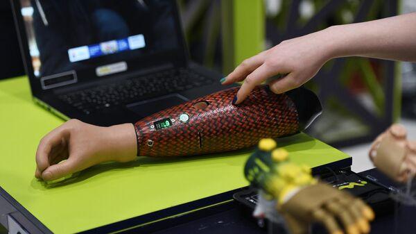 Протез руки на выставке форума Skolkovo Robotics