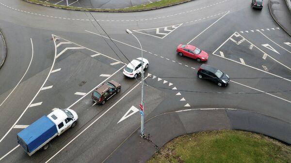 Круговое движение на пересечении улицы Василия Петушкова и Походного проезда в Москве