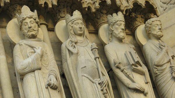 Статуи на фасаде собора Нотр-Дам-де-Пари