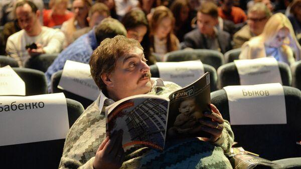 Писатель и журналист Дмитрий Быков перед началом пионерских чтений журнала Русский пионер