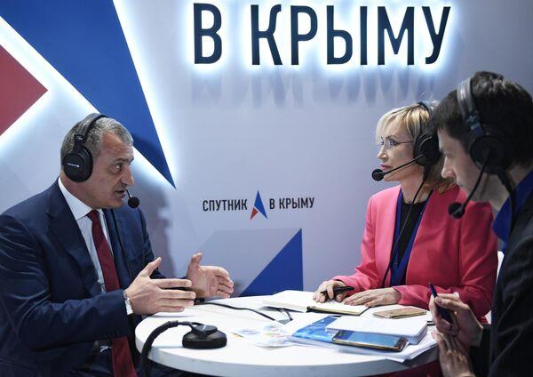 Президент Республики Южная Осетия Анатолий Бибилов дает интервью на стенде Спутник в Крыму