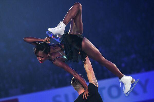 Ванесса Джеймс и Морган Сипре (Франция) участвуют в показательных выступлениях на командном чемпионате мира по фигурному катанию в Фукуоке