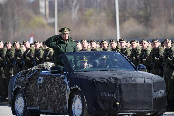 Главнокомандующий сухопутными войсками МО РФ генерал-полковник Олег Салюков на российском кабриолете Aurus во время репетиции парада Победы в Алабино