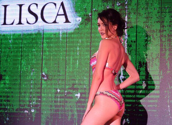 Модель демонстрирует купальник во время дефиле на Lingerie Fashion Week