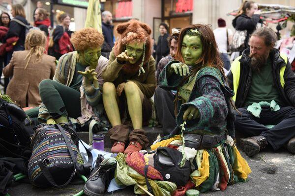 Участники акции протеста в Лондоне против загрязнения окружающей среды