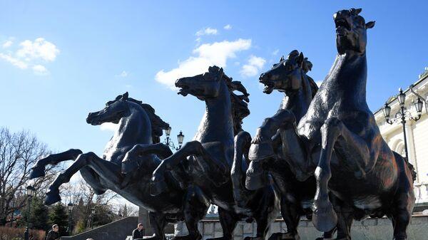 Мойка фонтана Времена года на Манежной площади