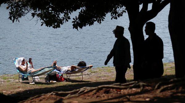 Отдыхающие в парке Токио во время Золотой недели в Японии