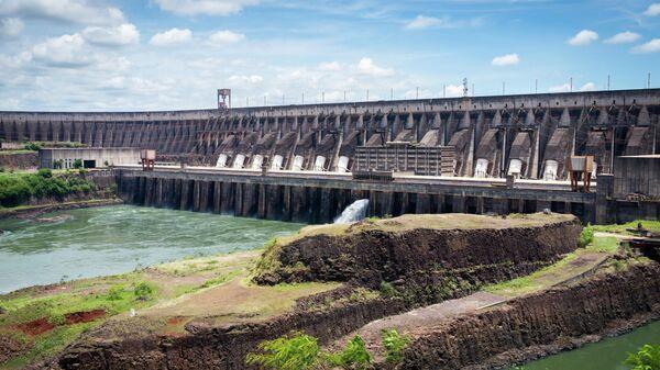 Гидроэлектростанция Итайпу на реке Парана