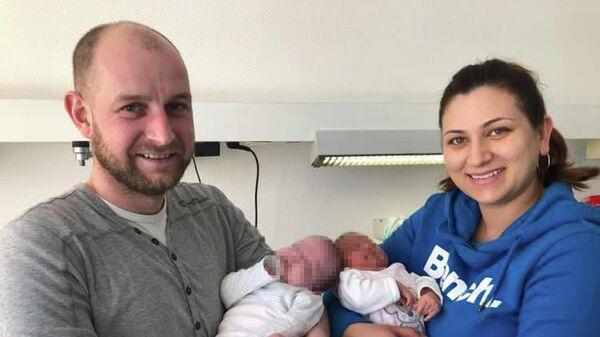 Родители Александр и Оксана с близнецами Лианой и Леони
