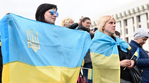 Участники акции против кандидата в президенты Украины Владимира Зеленского на площади Независимости в Киеве
